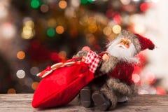 Cijfer van Kerstman met een zak van giften op boke Royalty-vrije Stock Fotografie