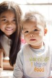 Cijfer van leuke 6 maanden broer en 6 jaar zuster Stock Foto