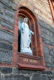 Cijfer van Maagdelijke Mary op de kerkmuur stock foto's