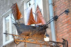 Cijfer van zeilboot onder herberg in oude stad van Gdansk, Polen Stock Foto's