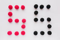 Cijfer vijf wordt geschreven in zwart en rood op een witte backgrou Royalty-vrije Stock Fotografie