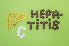 Cijfer of vormcontour van menselijke lever, die uit gele tabletten wordt samengesteld, en de diagnose van hepatitisc teken dat va stock foto
