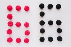 Cijfer zes wordt geschreven in zwart en rood op een witte backgroun Stock Afbeelding