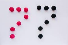 Cijfer zeven wordt geschreven in zwart en rood op een witte backgro Royalty-vrije Stock Fotografie