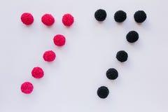 Cijfer zeven wordt geschreven in zwart en rood op een witte backgro Royalty-vrije Stock Foto