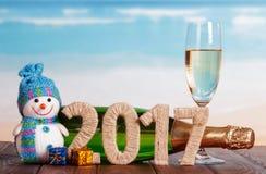 Cijfers 2017 gekronkeld met streng, sneeuwman, champagne en Nieuwjaar ` s Royalty-vrije Stock Afbeeldingen