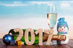 Cijfers 2017 gekronkeld met streng, sneeuwman, champagne, Kerstmisgif Royalty-vrije Stock Afbeelding