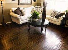 Ciężka drewniana podłoga w żywym izbowym terenie Zdjęcia Stock