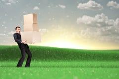Ciężki kierownik utrzymuje stos pudełka Obrazy Stock