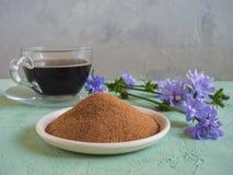 Cikoriakaffe En ersättning för traditionellt kaffe, en växt- drink från rotar av cikorien arkivfoton