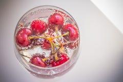 Ciliege in acqua con le bolle, cocktail della ciliegia - in selz Bevanda fresca di estate Copi lo spazio Fotografie Stock Libere da Diritti