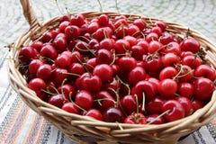 Ciliege Ciliegia Merce nel carrello organica delle ciliege su un mercato dei farmer's Fondo rosso della ciliegia Struttura fres Fotografia Stock Libera da Diritti