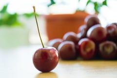 Ciliege deliziose fresche sulla tavola Fotografia Stock Libera da Diritti