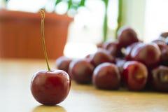 Ciliege deliziose fresche sulla tavola Fotografie Stock