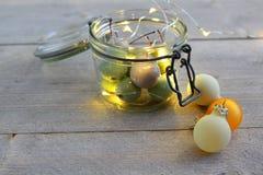 Ciliege della cera in vetro del barattolo con le palle delle luci e di Natale del LED Immagini Stock Libere da Diritti