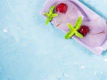 Ciliege di cuori del ghiaccio del fondo di estate Immagine Stock