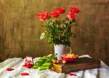 Ciliege di cuori delle rose del mazzo di natura morta Fotografia Stock Libera da Diritti