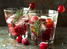 Ciliege di rinfresco e lamponi della bevanda analcolica con ghiaccio Fotografie Stock