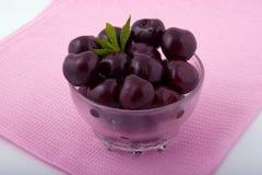 Ciliege fresche dolci in una ciotola di vetro Fotografia Stock Libera da Diritti