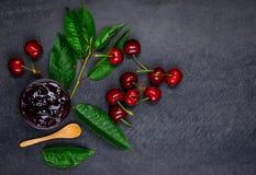 Ciliege fresche rosse con Cherry Jam Marmalade Fotografia Stock Libera da Diritti