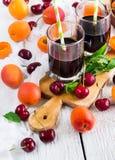 Ciliege mature organiche delle albicocche e succo fresco Immagine Stock