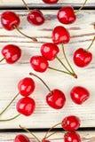 Ciliege rosse fresche su legno bianco Fotografia Stock