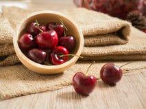Ciliege rosse fresche sulla tabella di legno Fotografie Stock