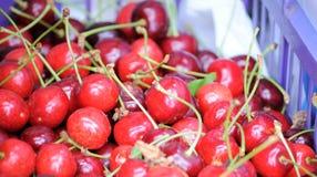 Ciliege rosse mature con le maniglie fotografia stock libera da diritti