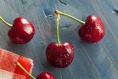 Ciliege rosse organiche crude Immagine Stock Libera da Diritti