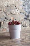 Ciliege rosse in secchio bianco sulla tavola di legno Cibo sano del raccolto della primavera Frutta Immagine Stock Libera da Diritti