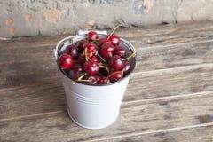 Ciliege rosse in secchio bianco sulla tavola di legno Cibo sano del raccolto della primavera Frutta Fotografia Stock Libera da Diritti