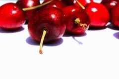 Ciliege rosse su un fondo bianco Immagine Stock