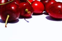 Ciliege rosse su un fondo bianco Fotografia Stock