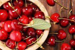 Ciliegia Ciliege fresche rosse in ciotola e un mazzo di ciliege su Th Immagini Stock Libere da Diritti