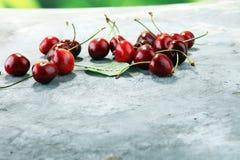 Ciliegia Ciliege fresche rosse in ciotola e un mazzo di ciliege su Th Fotografia Stock