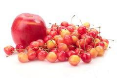 Ciliegia e mela mature fotografia stock libera da diritti