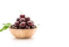 ciliegia fresca in ciotola di legno Immagini Stock