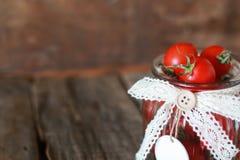 Ciliegia fresca del pomodoro in un barattolo di vetro Immagini Stock Libere da Diritti