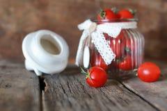 Ciliegia fresca del pomodoro in un barattolo di vetro Fotografia Stock Libera da Diritti