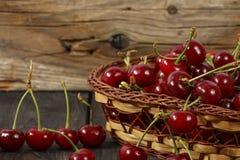 Ciliegia matura, fresco su una tavola di legno Maturo rosso ciliegia Ciliegia fresca su una tavola di legno Fotografia Stock