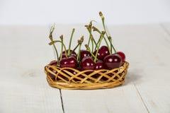 Ciliegia matura, fresco su una tavola di legno Maturo rosso ciliegia Ciliegia fresca su una tavola di legno Fotografia Stock Libera da Diritti