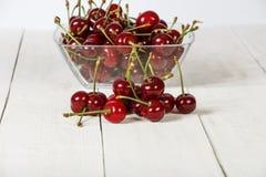 Ciliegia matura, fresco su una tavola di legno Maturo rosso ciliegia Ciliegia fresca su una tavola di legno Fotografie Stock