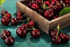 Ciliegia Mazzo fresco rosso di ciliege sulla tavola Immagine Stock