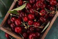 Ciliegia Mazzo fresco rosso di ciliege sulla tavola Fotografia Stock