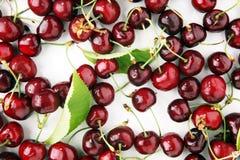 Ciliegia Mazzo fresco rosso di ciliege sulla tavola Immagine Stock Libera da Diritti