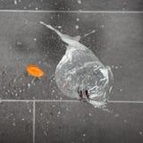 Ciliegia in un pallone di acqua schioccante fotografia stock libera da diritti