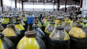 Cilinder avec les gaz mélangés Réservoirs avec le gaz comprimé pour l'industrie Production liquéfiée de l'oxygène Usine banque de vidéos