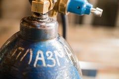 Cilinder met gas in de fabriek De inschrijving op de cilinder: plasma royalty-vrije stock foto's