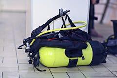 Cilindri dell'attrezzatura di immersione con bombole Immagini Stock