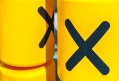 Cilindri gialli giranti con un gioco del tic-TAC-dito del piede per spettacolo dei bambini Immagine Stock